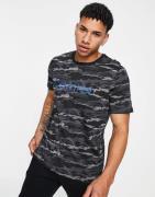 Calvin Klein - Sort T-shirt med rund hals og camouflagemønster